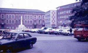 Kein Vergleich zu heute: Erst im Herbst wurden die Autos vom Kornmarkt verbannt. Foto: Planungsamt der Stadt Trier